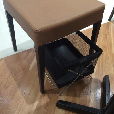 椅子の下には荷物入れもあります。